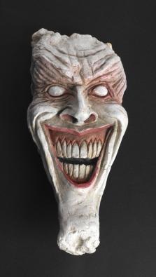 Máscara do Coringa modelada por Dave McKean para a arte de Arkham Asylum (1989, fonte: http://www.paulgravett.com/articles/article/comics_unmasked_art_and_anarchy_in_the_uk )